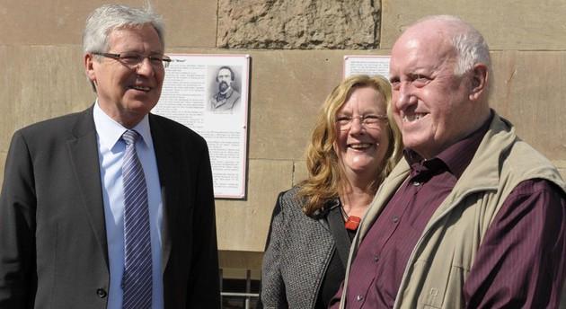 Bürgermeister Jens Böhrnsen, Ortamtsleiterin Ulrike Pala und Heinz Rolappe vom Arbeiterverein vor den neuen Info-Tafeln (Foto: Wilfried Meins)